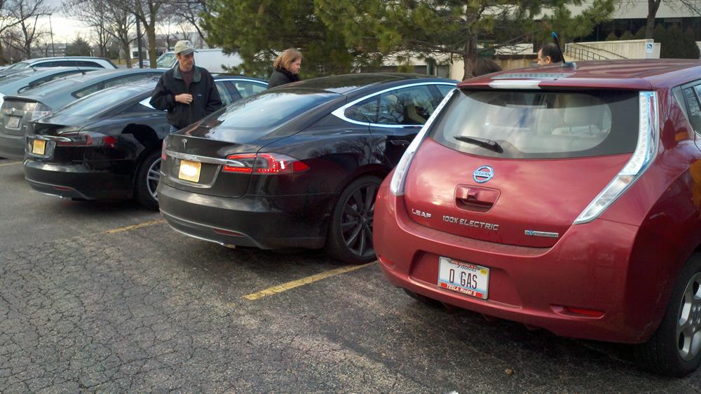 Tesla-nissan-leaf-parkign-lot