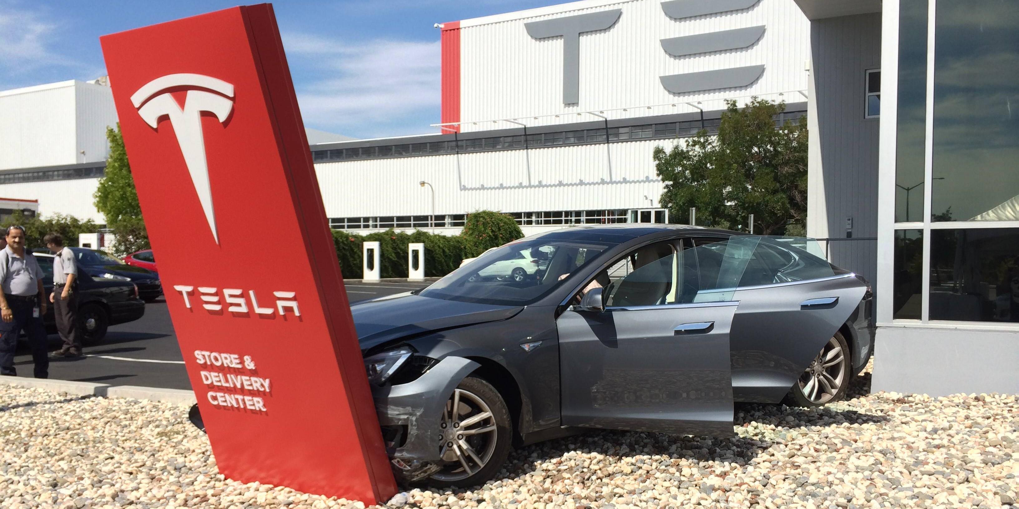 Tesla-crashes-into-sign