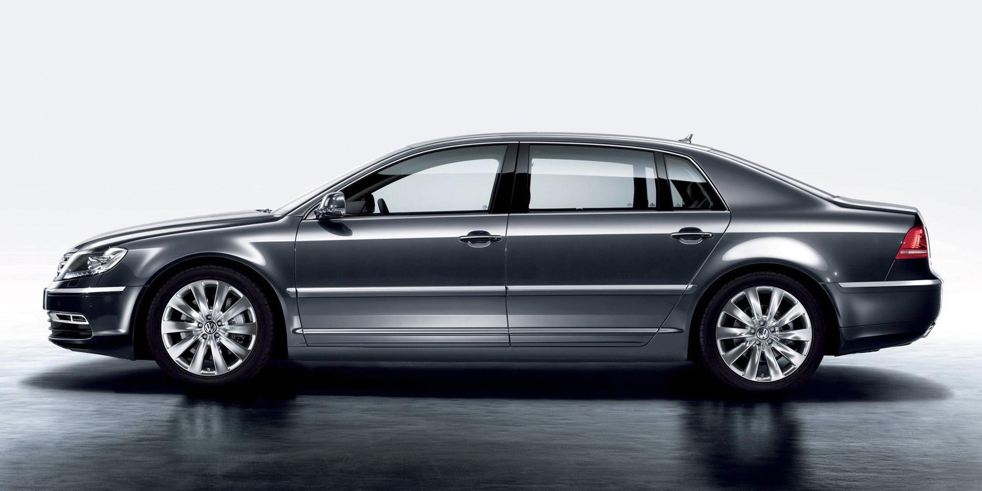 Side Pose Of 2011 Volkswagen Phaeton In Grey