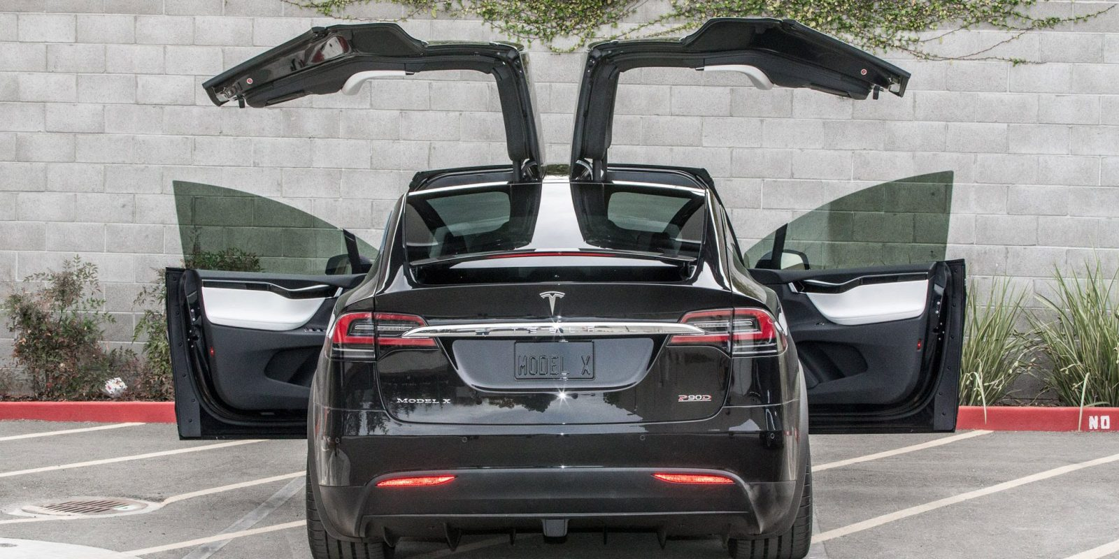 Tesla Model X door gets torn off by truck as it automatically opens