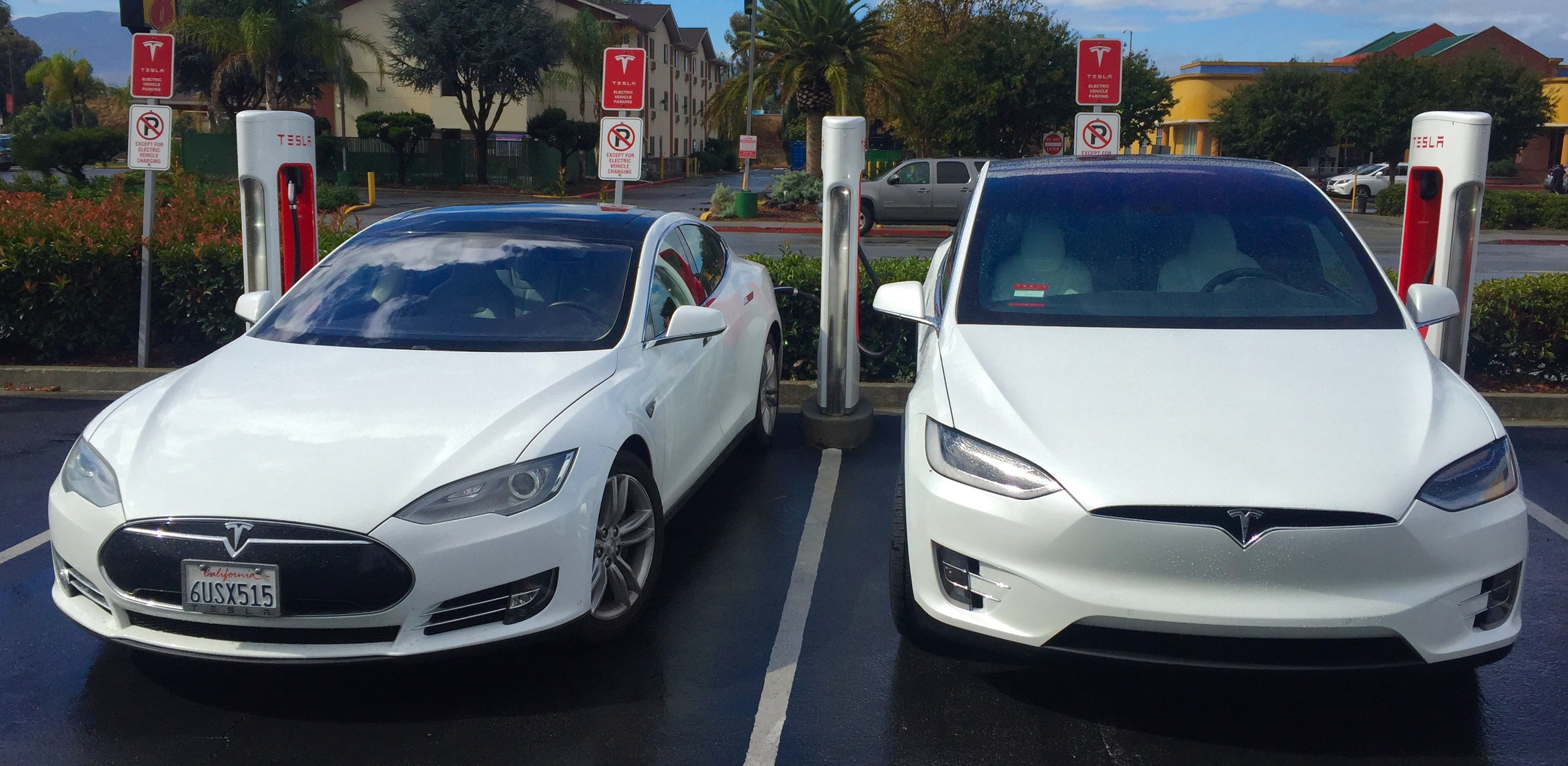 Tesla_Model_S_&_X_side_by_side_at_the_Gilroy_Supercharger