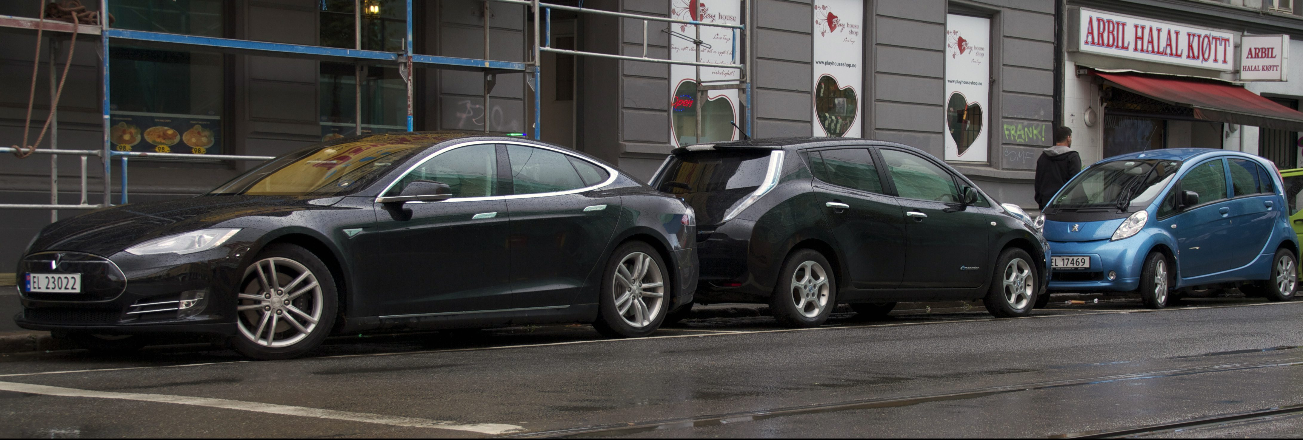 tesla_model_s_nissan_leaf_peugeot_ion_buddy_thnk_in_oslo_2013_cropped