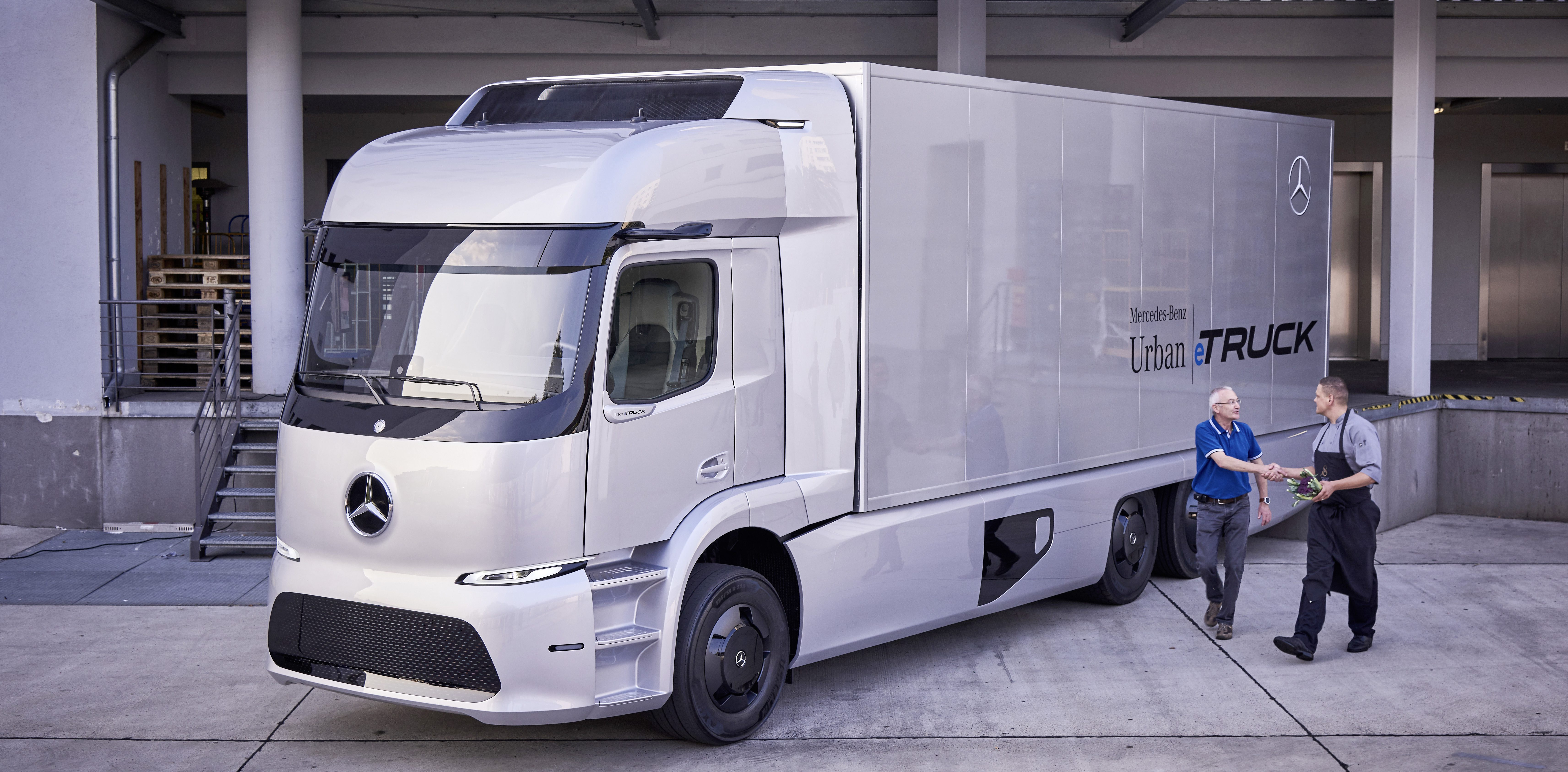 Kleinserie 2017: vollelektrischer Mercedes-Benz Urban eTruck im Kundeneinsatz. Technische Daten: Mercedes-Benz Urban eTruck, Exterieur, Silver Arrow metallic, dreiachsiger Verteiler-Lkw, 2 x 125 kW, 2 x 500 Nm, 3 Module Lithium-Ionen-Batterien, Gesamtkapazität: 212 kWh, elektrisch angetriebene Hinterachse, Reichweite: bis zu 200 km, zul. Gesamtgewicht: 25 t, Zuladung 12,8 t, schwerer Verteilerverkehr, flüsterleise und emissionsfrei, Testflotte ; Small series 2017: all-electric Mercedes-Benz Urban eTruck for customer trial. Technical Data: Mercedes-Benz Urban eTruck, Exterior, silver arrow metallic, three-axle short-radius distribution truck, 2 x 125 kW, 2 x 500 Nm, 3 modules of lithium-ion batteries, total capacity: 212 kWh, electrically driven rear axle, operating range: up to 200 km, permissible gross vehicle weight: 25 t, heavy-duty truck, zero emissions, quiet as a whisper and with a payload of 12.8 t, test fleet.;