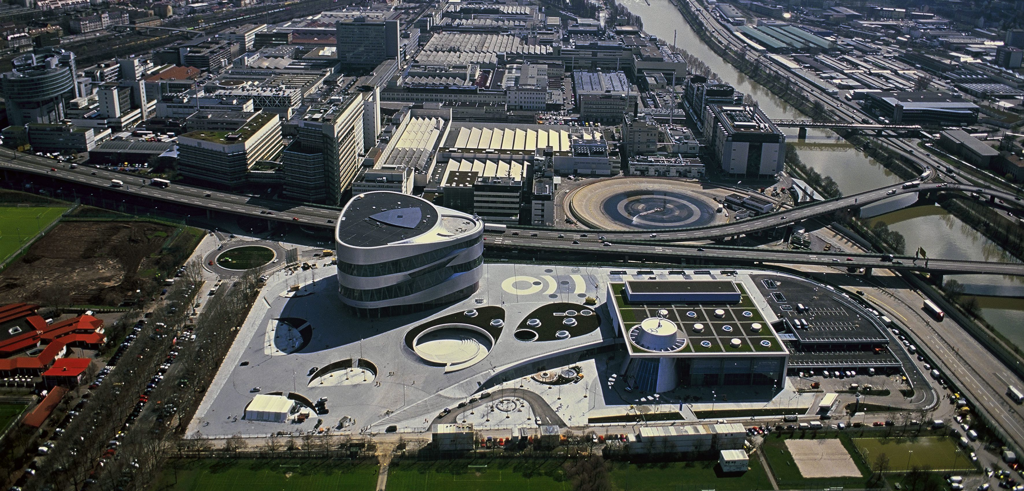 Luftbild Mercedes-Benz Werk Untertürkheim ; Aerial view oft the Mercedes-Benz plant Untertürkheim;