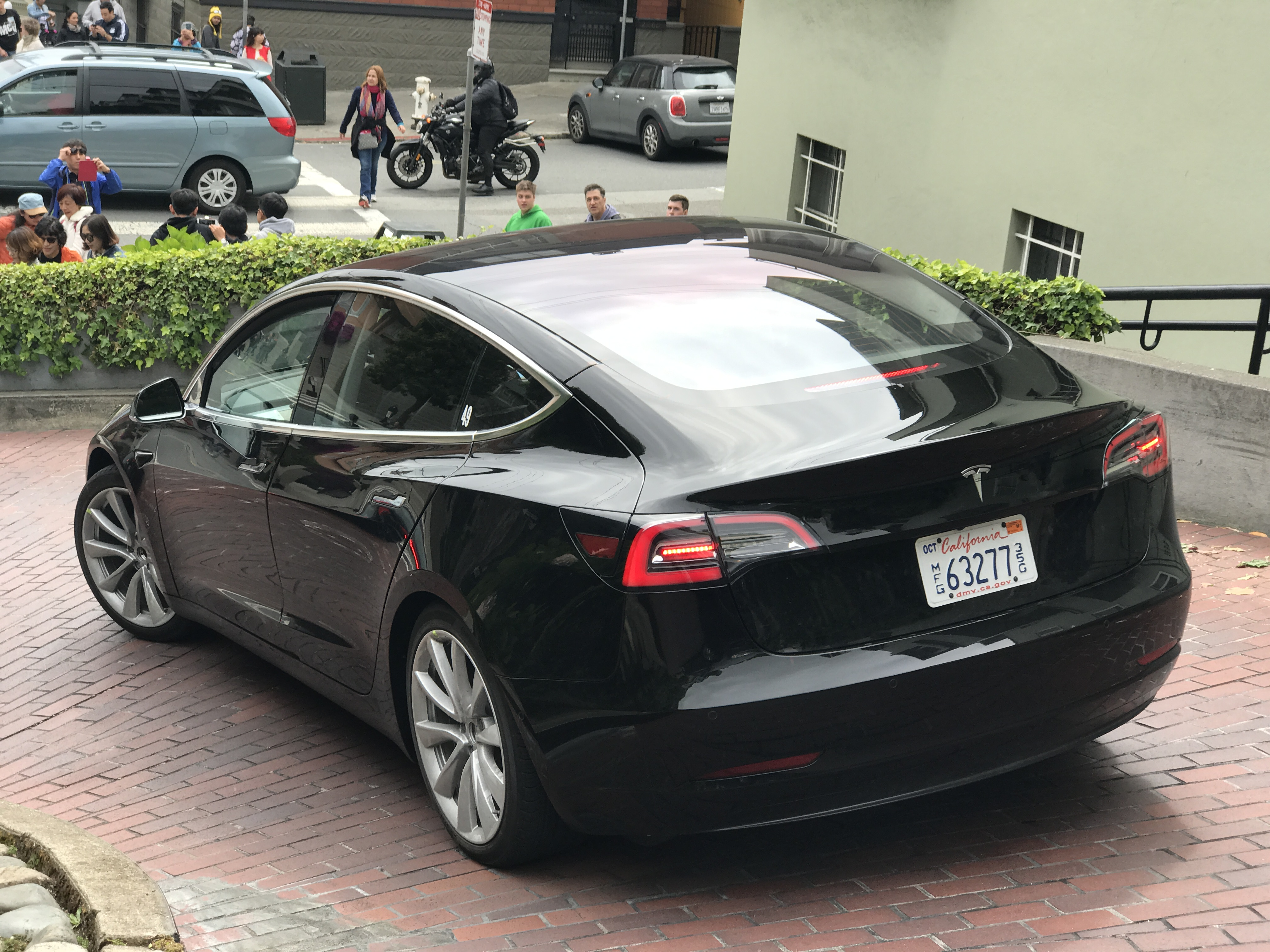 Tesla Model 3: great look at new black release candidate