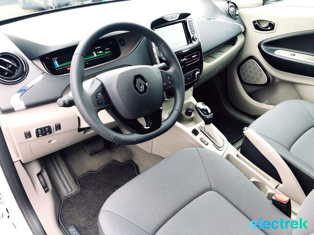 9 Renault Zoe White Interior Dashboard Steering Wheel Electric Vehicle Battery Powered Green Electrek Best Selling EV Europe - 105
