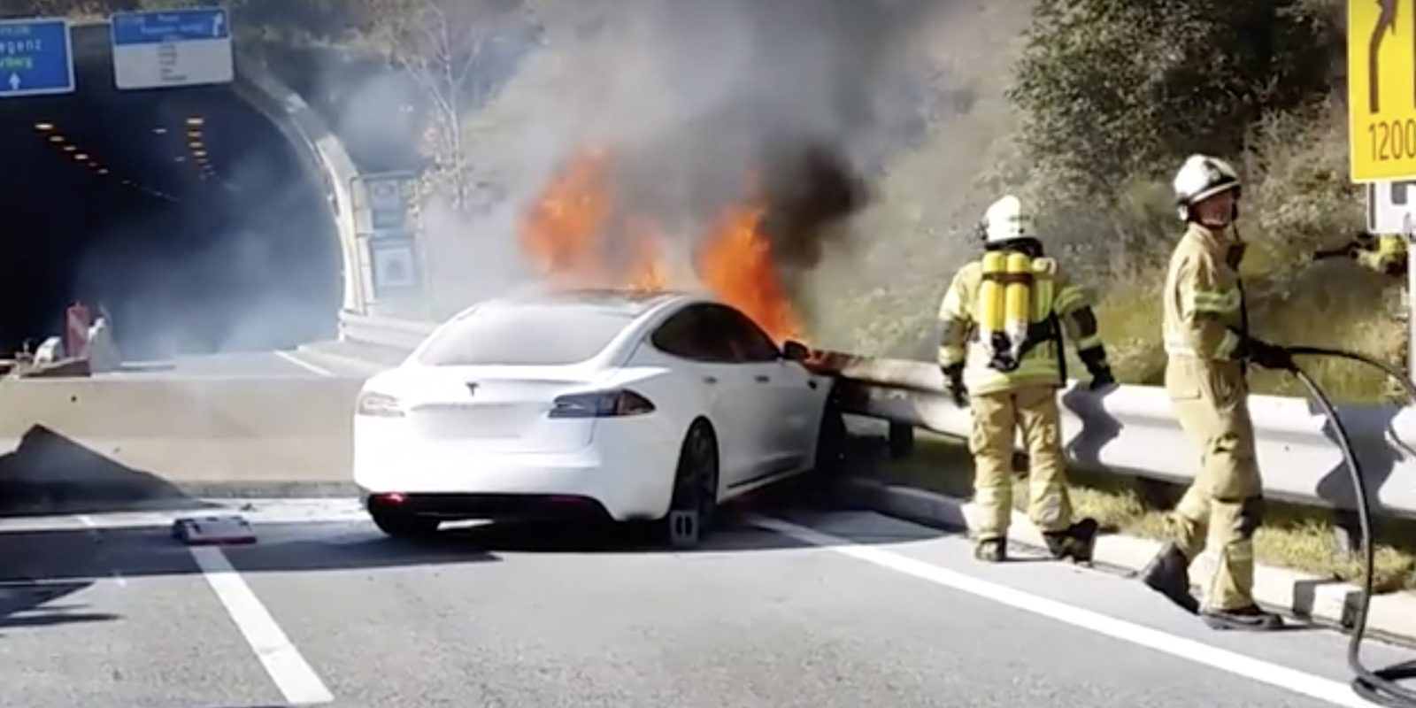 Tesla Model S fire vs 35 firefighters – watch impressive operation after a high-speed crash