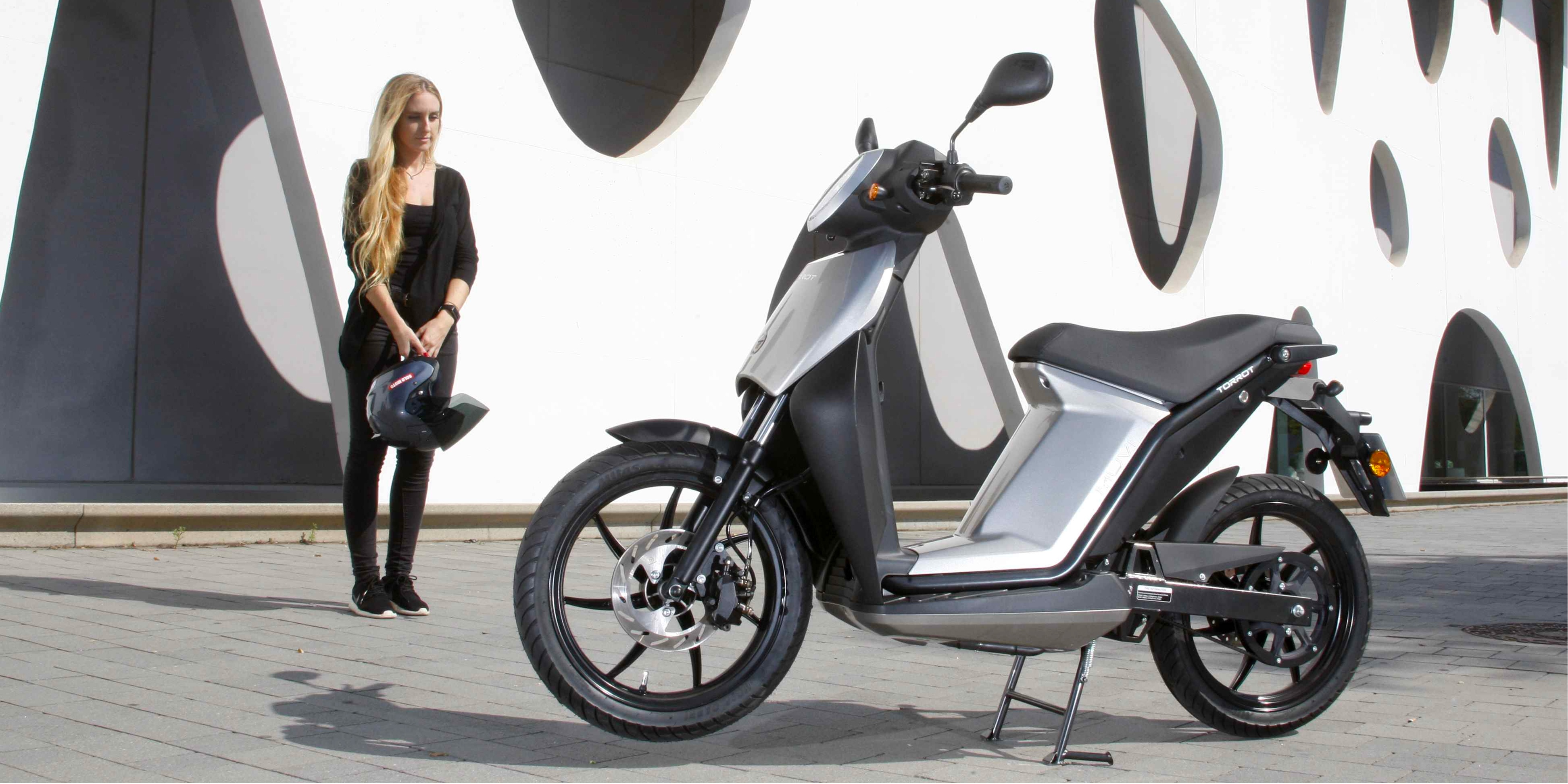 New York S First Electric Moped Rental Program Is Scooting Riders Around In Style Electrek