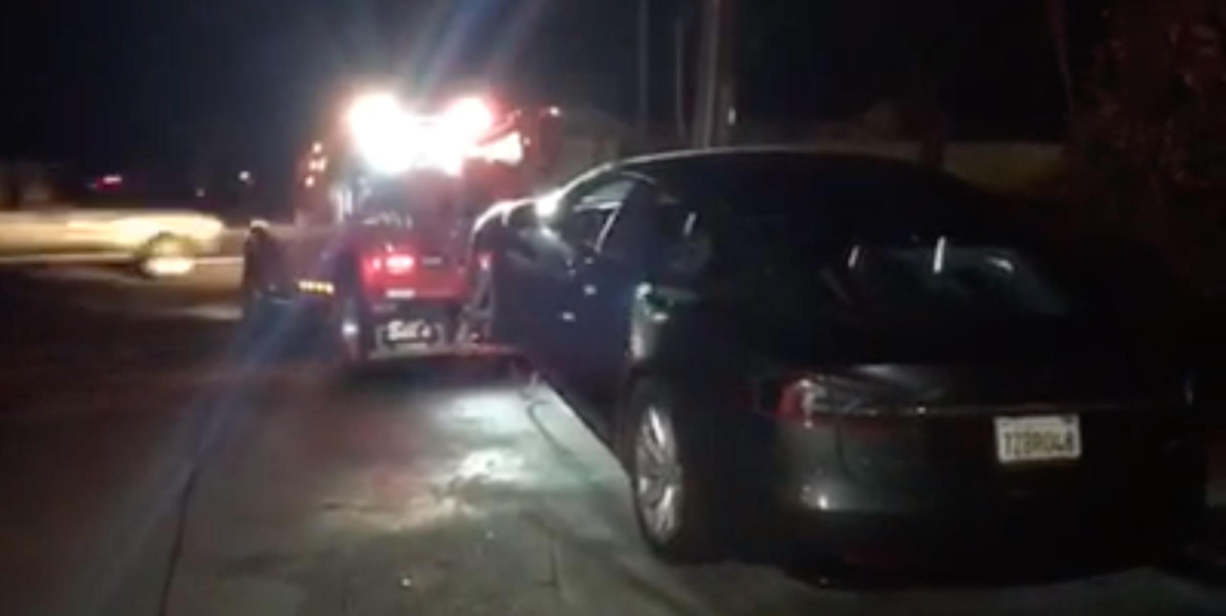 Kuriózna naháňačka - Policajti nevedeli zastaviť spiaceho vodiča Tesly s autopilotom!