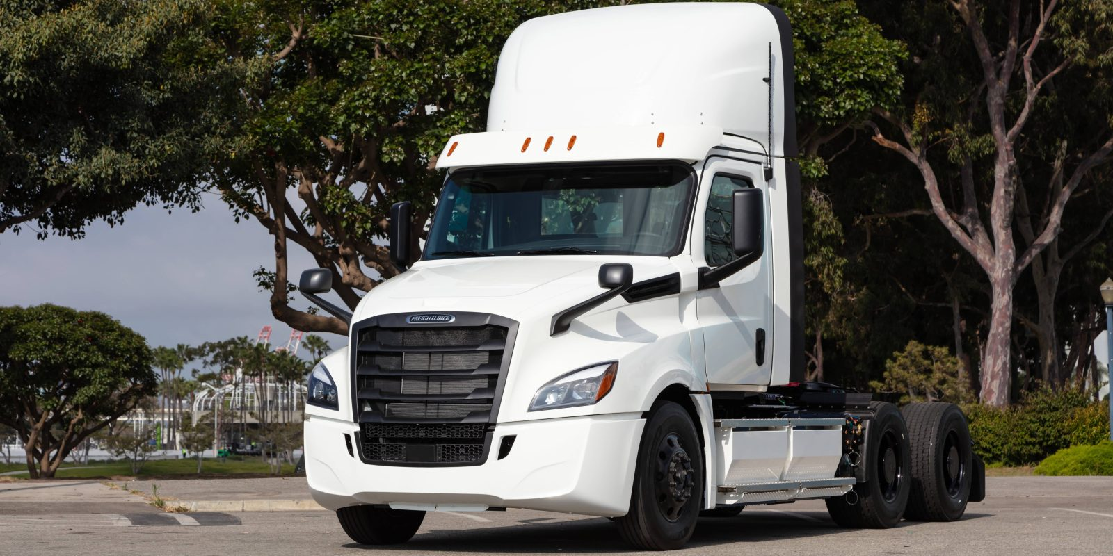 Daimler starts first Freightliner eCascadia all-electric semi truck deliveries