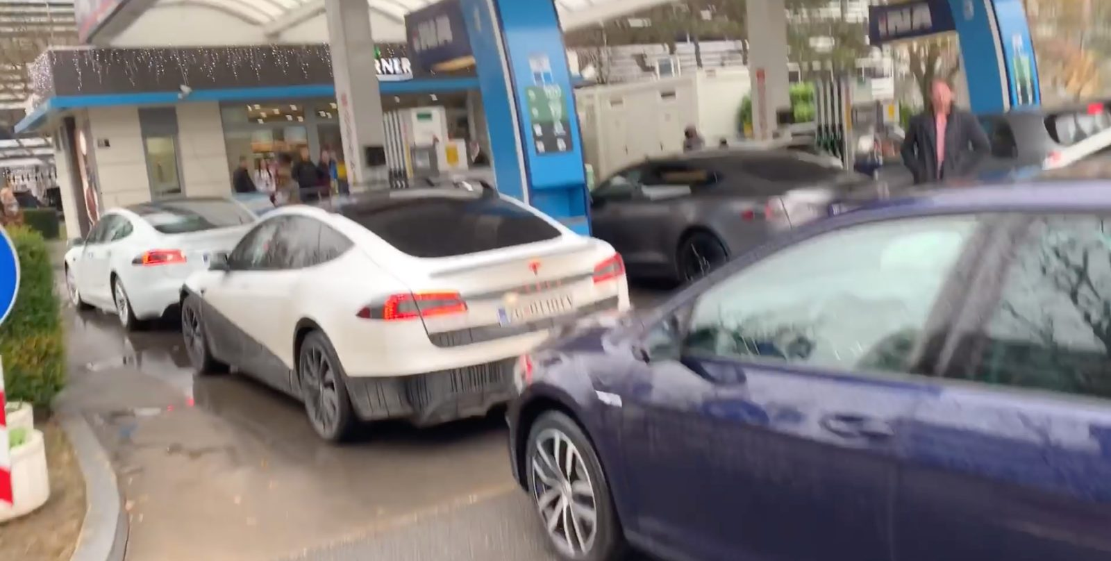 Tesla and other EVs block gas station in protest against charging staton Icing