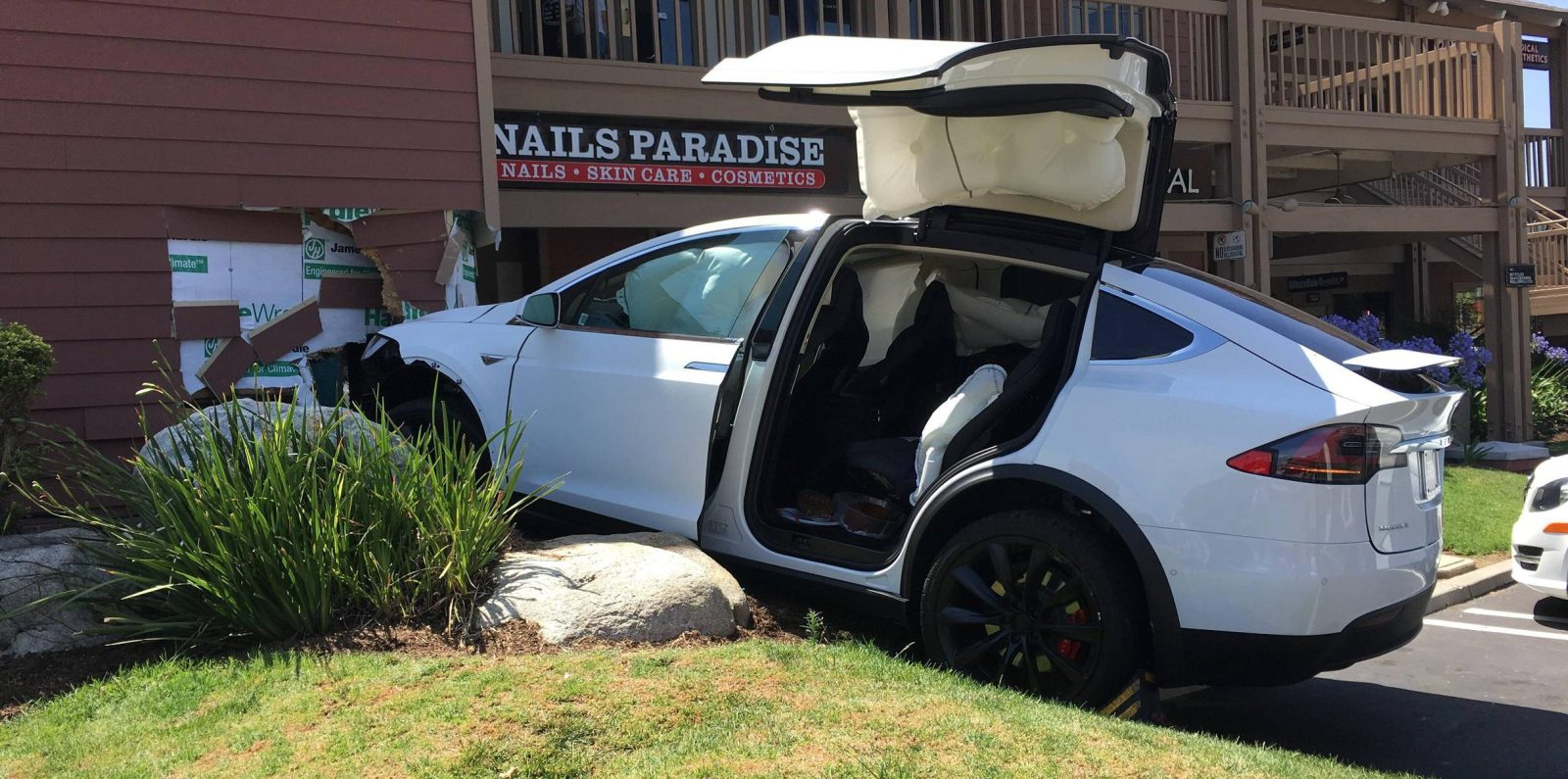 Tesla defends against claims of 'unintended acceleration,' says TSLA short is behind it