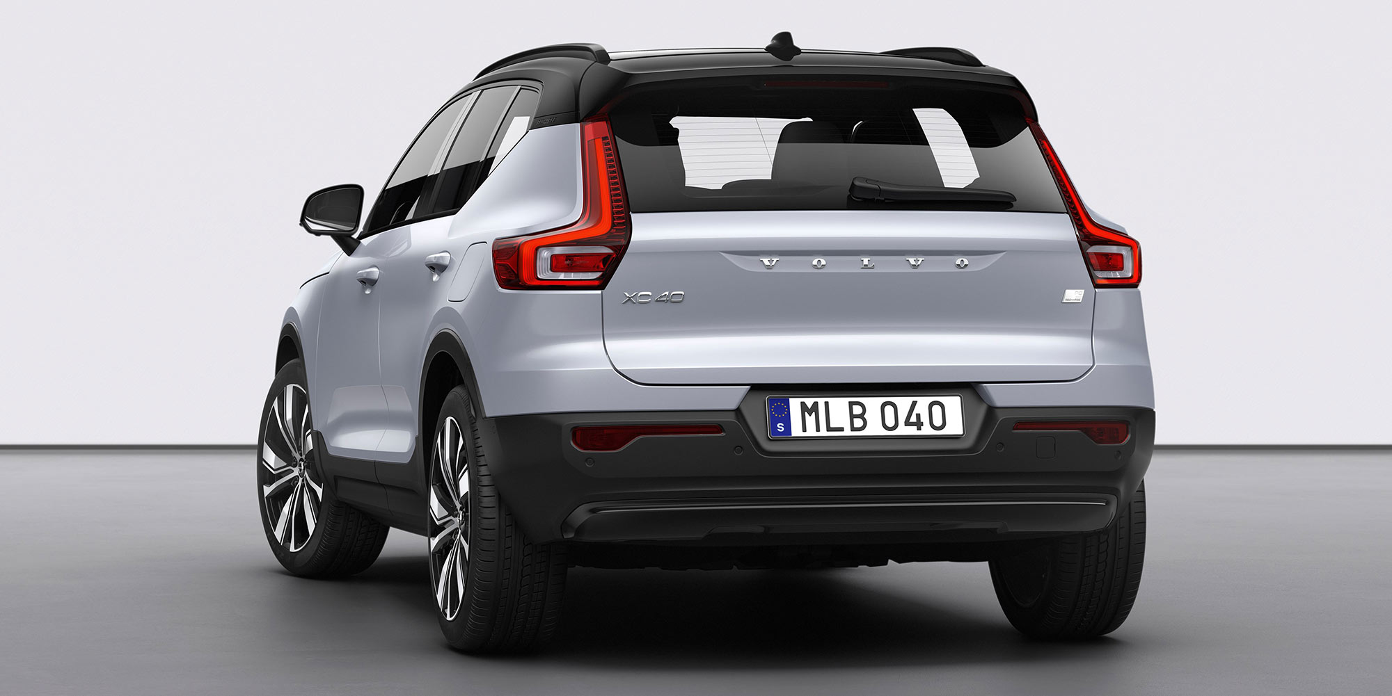 "XC40 Recharge P8 AWD in Glacier Silver and 20"" alloy wheels"