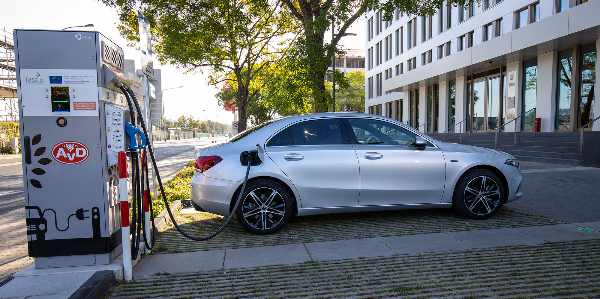 Mercedes-Benz A 250e Sedan achieves CO2 emissions of about 32 g/km. DC charging from 10 to 80% takes 25 minutes.