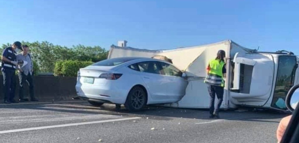 Video of Tesla Model 3 crashing into a truck on Autopilot goes viral - Electrek